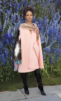 Rihanna, muy estilosa con capa