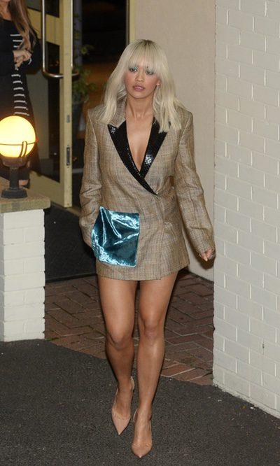 Rita Ora apuesta por la americana como única prenda
