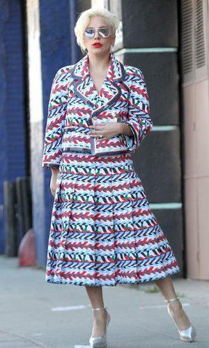 Lady Gaga, sofisticada con su colorido traje