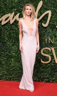 Rosie Huntington presume de escote