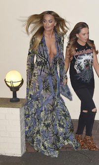 Rita Ora enseña su atuendo más extravagante