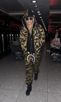 Rita Ora se camufla con su look deportivo