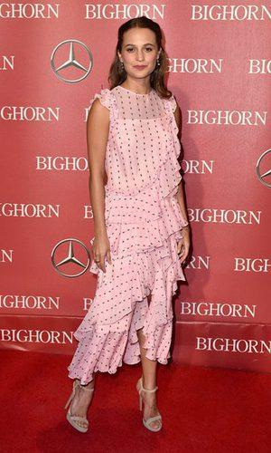 Alicia Vikander apuesta por un vestido de volantes