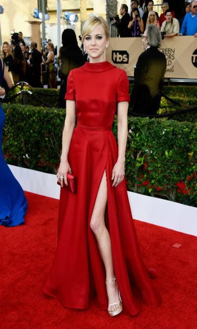 Anna Faris despunta con su sensual modelo rojo