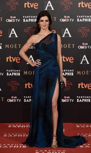 Clara Lago ilumina con su modelo de seda azul