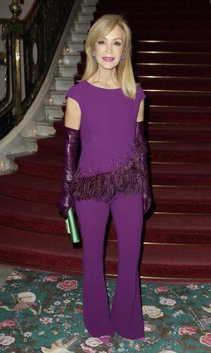 Carmen Lomana sorprende con su traje tono berenjena