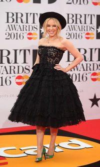 Kylie Minogue desacierta con sus zapatos verde