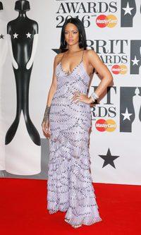 Rihanna sobresale con su Armani Privé