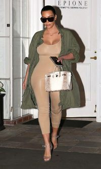 Kim Kardashian, desnudamente vestida