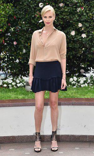 Charlize Theron se pone minifaldera
