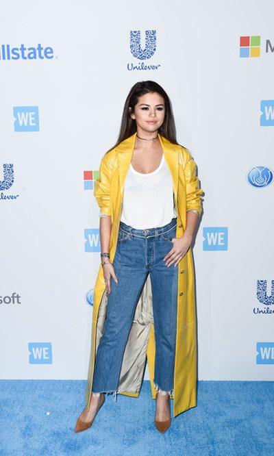 Selena Gomez, vaqueros y abrigo oversize
