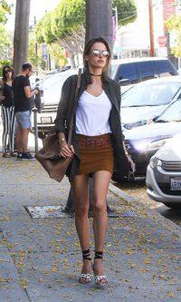 Alessandra Ambrosio presume de piernas esta primavera