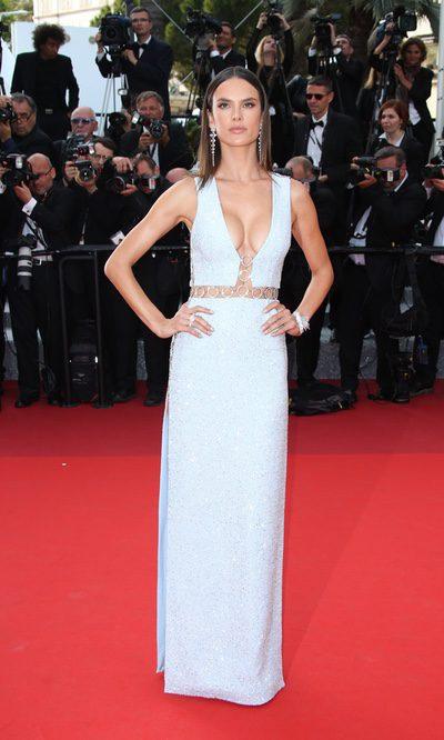 El brillante escotazo de Alessandra Ambrosio en Cannes
