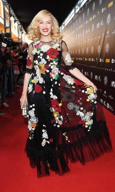Kylie Minogue se pasa con las flores...