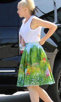 Gwen Stefani se pierde por un florido jardín