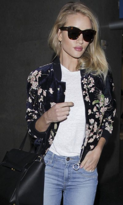 Rosie Huntington Whiteley en el aeropuerto pero perfecta