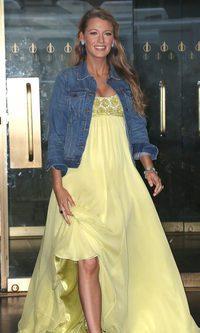 Blake Lively luce embarazo de amarillo