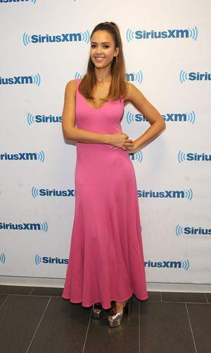 Jessica Alba se rinde ante el rosa fucsia