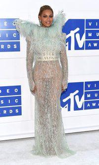 Beyoncé: brillos, plumas y transparencias