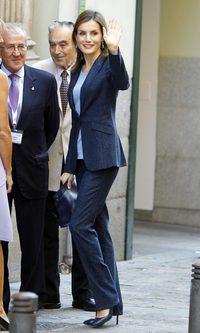 La Reina Letizia, traje azul marino y brillante