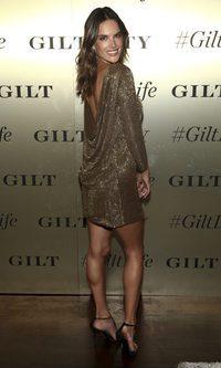 Alessandra Ambrosio deslumbra con su outfit
