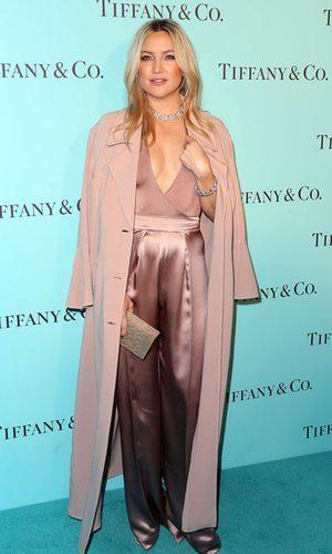 Kate Hudson con un total look rosa cuarzo