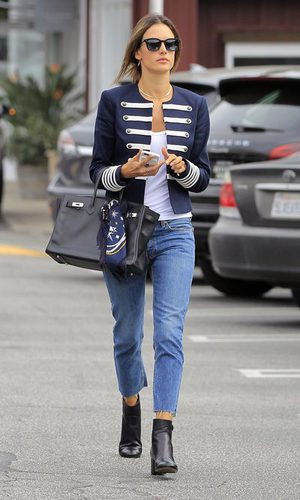 Alessandra Ambrosio con un look navy