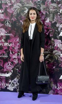 Hiba Abouk con un look minimal