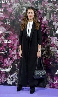 Hiba Abouk con un look minimal