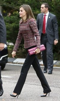La Reina Letizia estrena un top de tweed