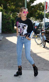 Hailey Baldwin con un look punk