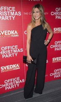 Jennifer Aniston se decanta por el negro