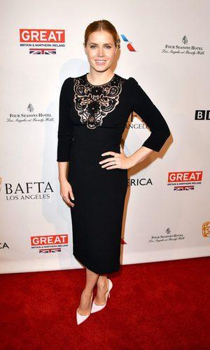 Amy Adams se suma al total black