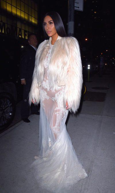 Kim Kardashian vuelve con un look glam