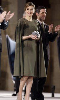 La Reina Letizia triunfa con su vestido-capa