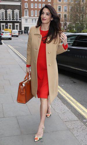 Amal Clooney y su outfit premamá