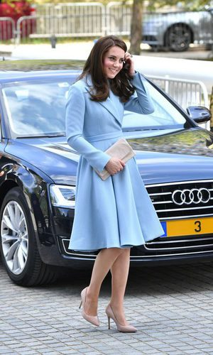 Kate Middleton opta por un impecable estilismo azul