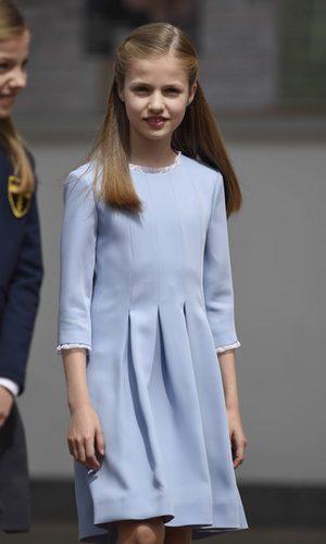 La Princesa Leonor luce un vestido azul de cuerpo tableado
