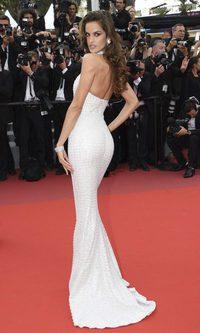 Izabel Goulart demuestra que menos es más con su vestido
