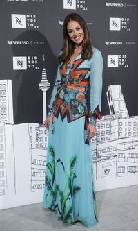 Eva González luce estupenda con un vestido de Dolores Promesas