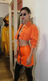 Bella Hadid se viste de color naranja butanero