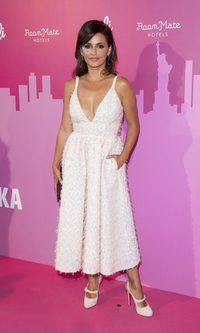 Mónica Cruz con vestido de cuello en pico