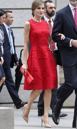 La Reina Letizia con un vestido midi de guipur rojo