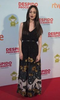 Elena Rivera con vestido largo estampado