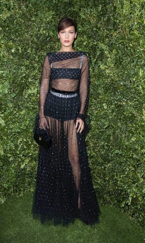 Bella Hadid muestra la ropa interior de Dior