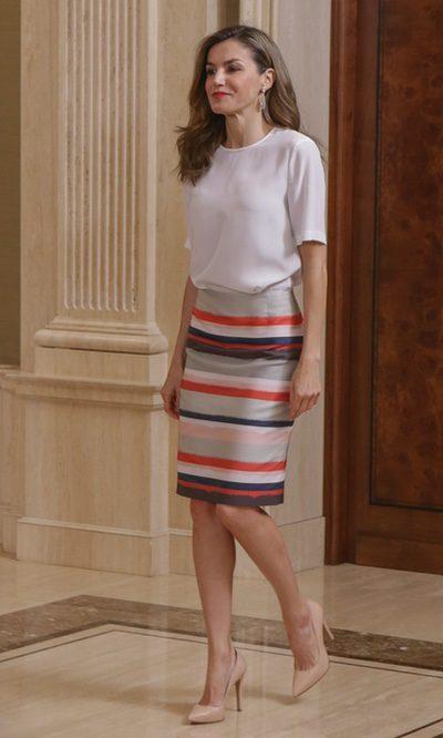 La Reina Letizia estrena su falda básica de rayas