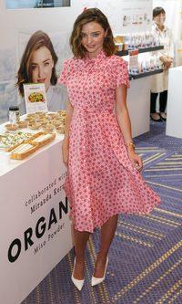 Miranda Kerr con vestido estampado de estrellas