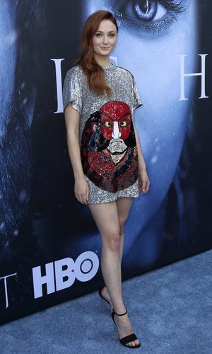 Sophie Turner deslumbra vestida de Louis Vuitton