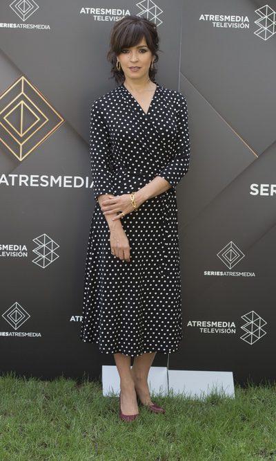 Verónica Sánchez con vestido de topos