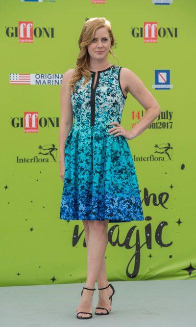 Amy Adams, arreglada pero informal con un vestido degradado